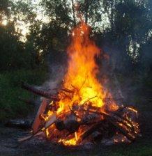 Holzfeuer im Freien (© MUGV, Irina Franken)